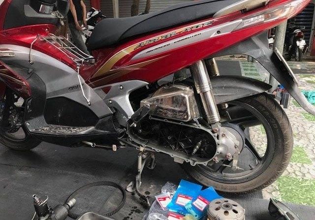 Xe máy chạy bị giật lúc tăng ga